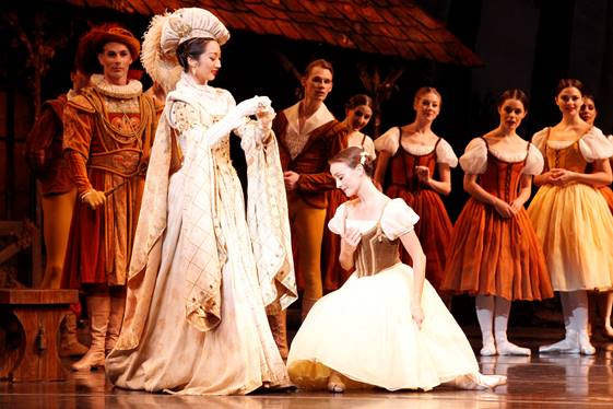 Giselle Australian Ballet Natasha Kusen and Madeleine Eastoe image Jeff  Busby Year